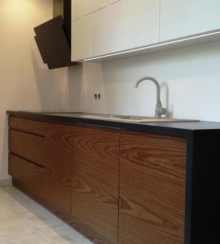 dolna zabudowa szafek i górna zabudowa podświetlany sufit w kuchni okap czarny