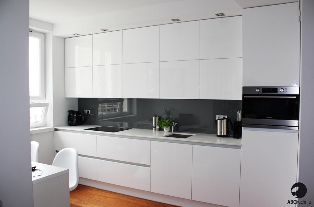 meble na wymiar do kuchni biel przestronna jasna kuchnia