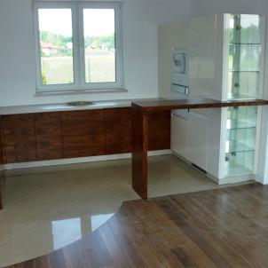 kuchnie na wymiar biel i drewno