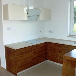meble na wymiar do kuchni drewniane szafki kuchenne w naturalnym kolorze