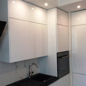duże białe szafki kuchenne bez uchwytów klik klaki