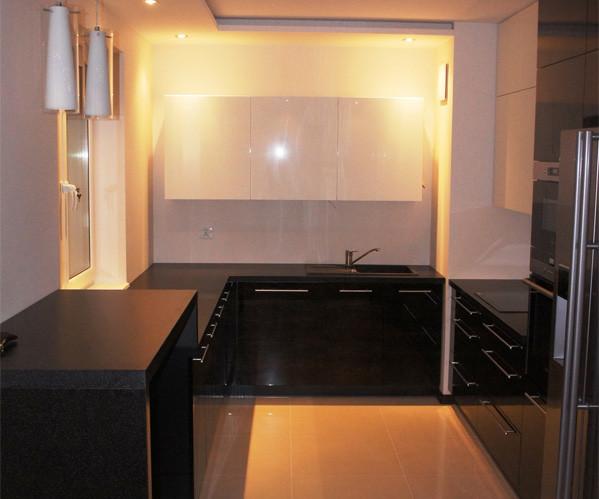 nowoczesne meble kuchenne oświetlenie pomysłowe ciemne meble w kuchni