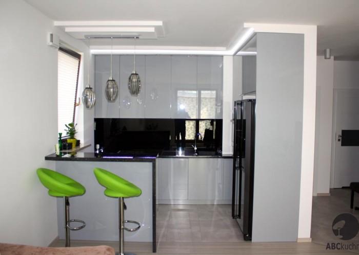 kolor akcentujący w czarno białej kuchni