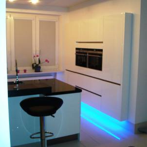 podświetlenia w kuchnie niebieski kolor