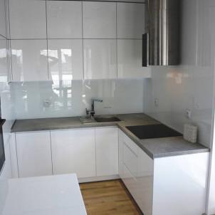 biały kolor w kuchni w połączeniu z drewnianą podłogą