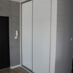 szafa wnękowa biała drzwi przesuwane hol
