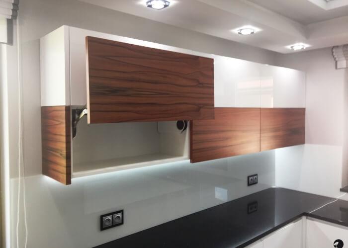 górne szafki otwierane systemem podnoszenia frontów Aventos HL firmy BLUM