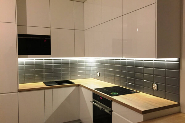 Meble na zamówienie – wysoka zabudowa szafek kuchennych – Apartamenty Chopina, Wyszków